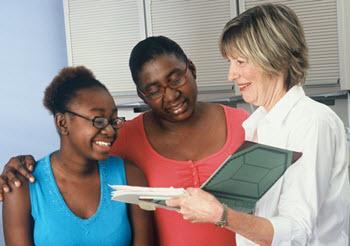 Una adolescente y su madre están en una visita al médico.